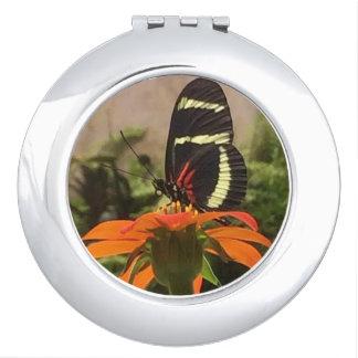 Mariposa en el espejo del acuerdo de la flor espejos para el bolso