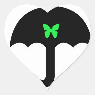 Mariposa en paraguas pegatina en forma de corazón