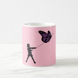 Mariposa en un correo taza de café