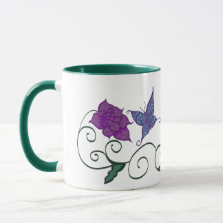 Mariposa en una taza del jardín de flores