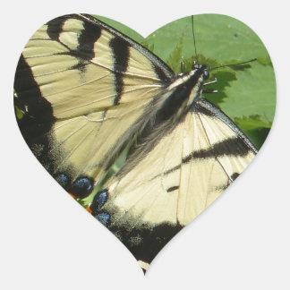 mariposa pegatina en forma de corazón