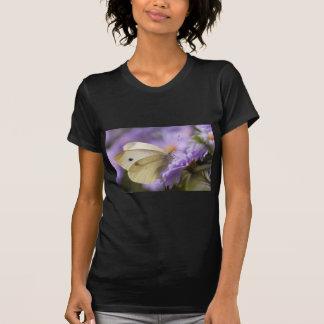 Mariposa que alimenta en la flor camiseta