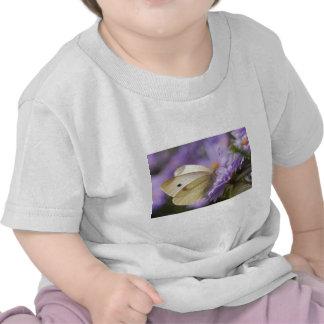 Mariposa que alimenta en la flor camisetas