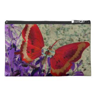 Mariposa roja y bolso púrpura de la flor