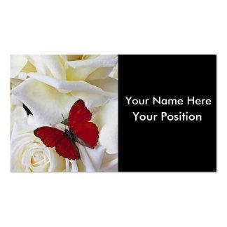 Mariposa roja y rosa blanco en tarjetas de visita
