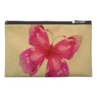 Mariposa rosada en bolso del moreno