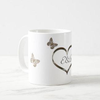 Mariposas bonitas del corazón del oro del taza de café