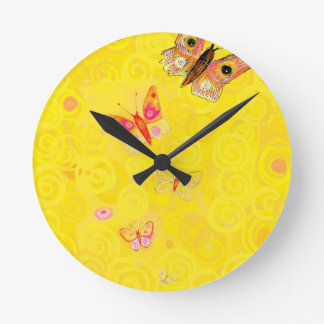Mariposas de Papillon en nouveau amarillo del arte Reloj Redondo Mediano