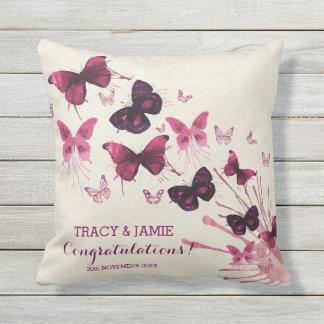 Mariposas del rosa de la acuarela del aniversario cojín decorativo