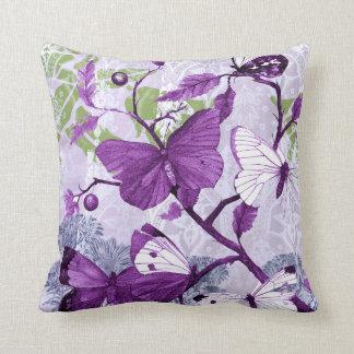 Mariposas púrpuras en una rama cojín decorativo