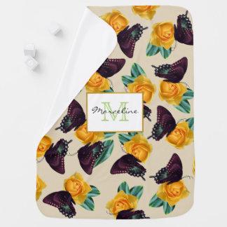Mariposas púrpuras y rosas amarillos con el nombre mantita para bebé