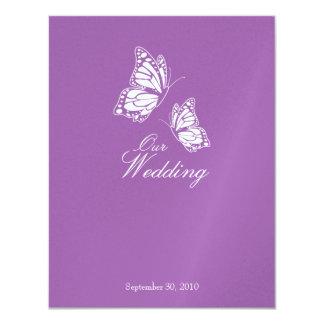 Mariposas violetas simples que casan la invitación