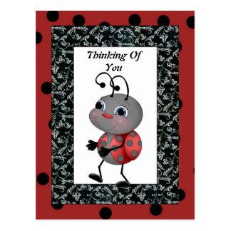 Mariquita del dibujo animado que piensa en usted postal