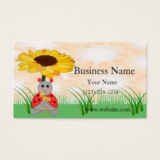 Mariquita dulce que se sienta bajo escena del tarjeta de negocios