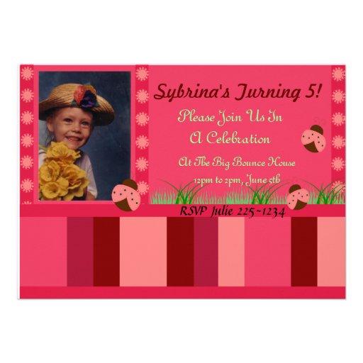 Mariquita e invitación de las rayas del rosa