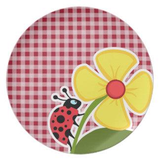 Mariquita en la guinga del rojo del carmín plato de comida