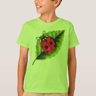 Mariquita en una hoja camiseta