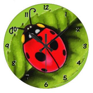 Mariquita en una hoja reloj redondo grande