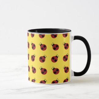 Mariquita roja linda en modelo amarillo del fondo taza