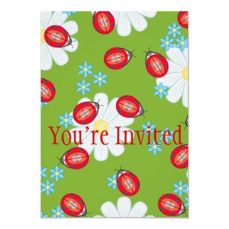 Mariquitas caprichosas en margaritas del jardín invitación 12,7 x 17,8 cm