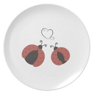 Mariquitas elegantes de moda lindas en amor plato de comida