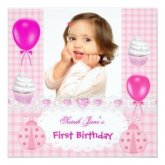 Mariquitas rosadas de las primeras del cumpleaños invitación 13,3 cm x 13,3cm