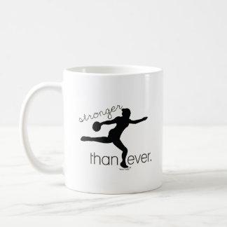 Más fuertemente que nunca regalo de la taza de