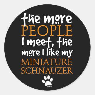 Más la gente resuelvo… el Schnauzer miniatura Etiqueta Redonda