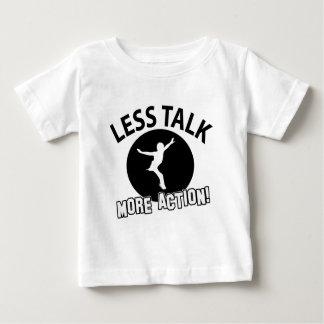 Más patinaje artístico menos charla camiseta de bebé