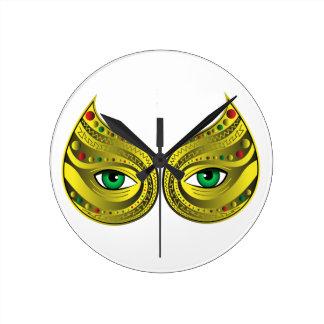 Máscara de oro con los ojos verdes reloj redondo mediano
