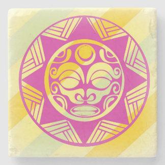 Máscara hermosa de la alegría en el práctico de posavasos de piedra