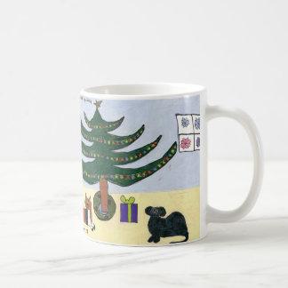 Mascotas alrededor de la taza del árbol de navidad