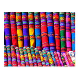 Materias textiles coloridas en el mercado postal