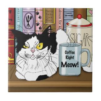 ¡Maullido correcto del café!! Azulejo