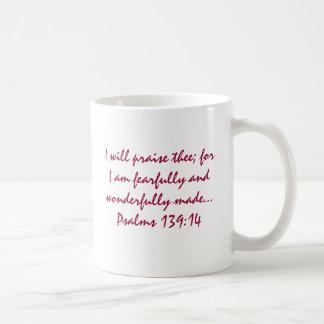 Me hacen maravillosamente taza básica blanca