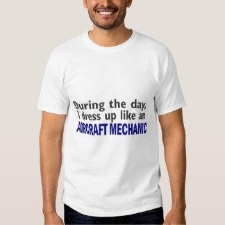 Mecánico de aviones durante el día camisetas