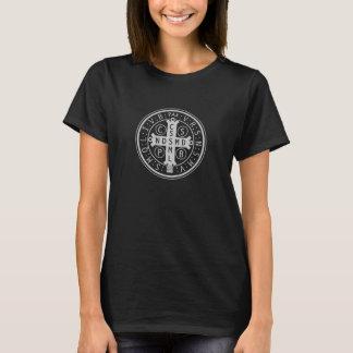 Medalla del St. Benedicto en el camisetas oscuro