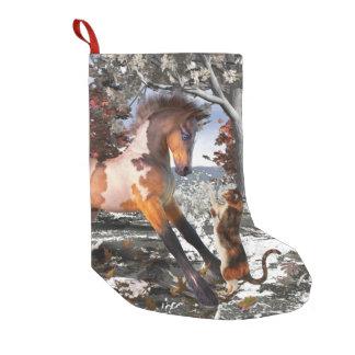 Media del día de fiesta del navidad del potro y calcetín navideño pequeño