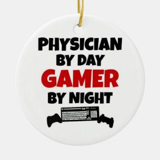 Médico por videojugador del día por noche adorno navideño redondo de cerámica