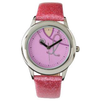 Médico rosado friega relojes de mano