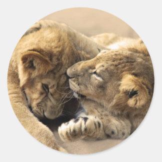 Mejores amigos de los cachorros de león pegatina redonda