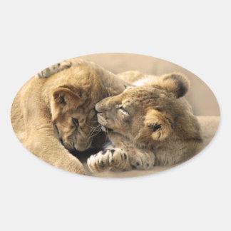 Mejores amigos de los cachorros de león pegatina ovalada