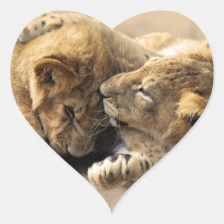 Mejores amigos de los cachorros de león pegatina en forma de corazón