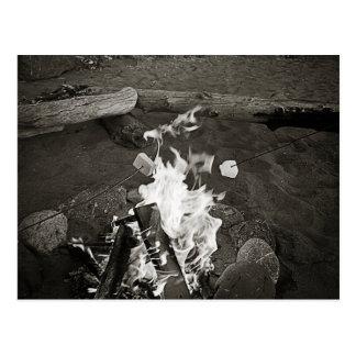 Melcochas sobre un fuego abierto postal