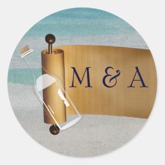 Mensaje en un boda de playa de la botella pegatina redonda