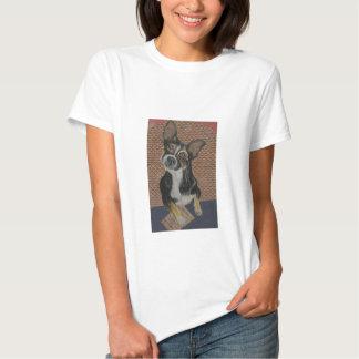 Mezcla del barro amasado de la chihuahua, llevando camiseta