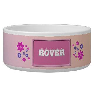 Mezcla floral simple con armonía del color comedero para mascota