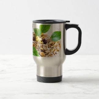 Mezcla seca de muesli y de cereal en un cuenco de taza de viaje