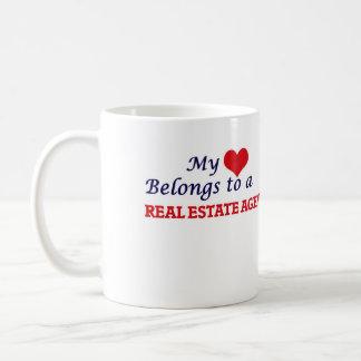 Mi corazón pertenece a un agente inmobiliario taza de café