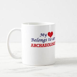 Mi corazón pertenece a un arqueólogo taza de café